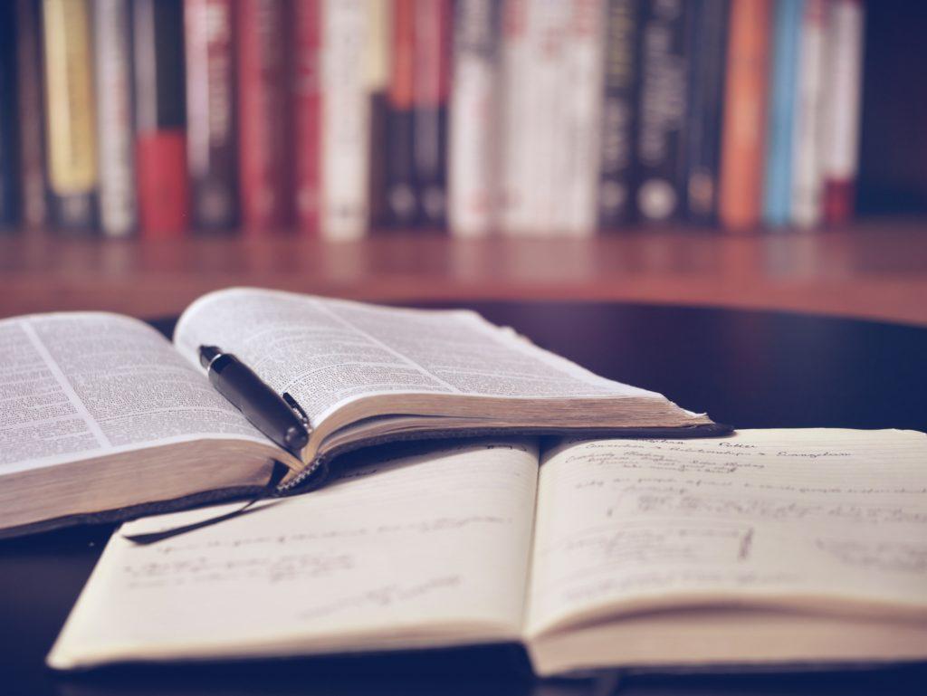 開いた本とノート
