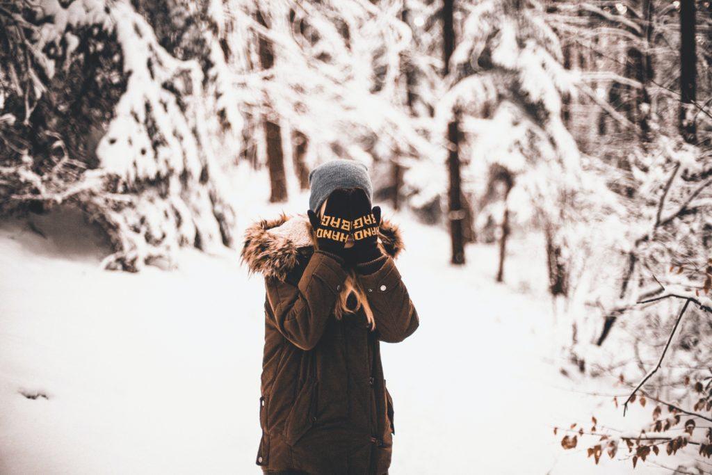 積雪で厚着をする人