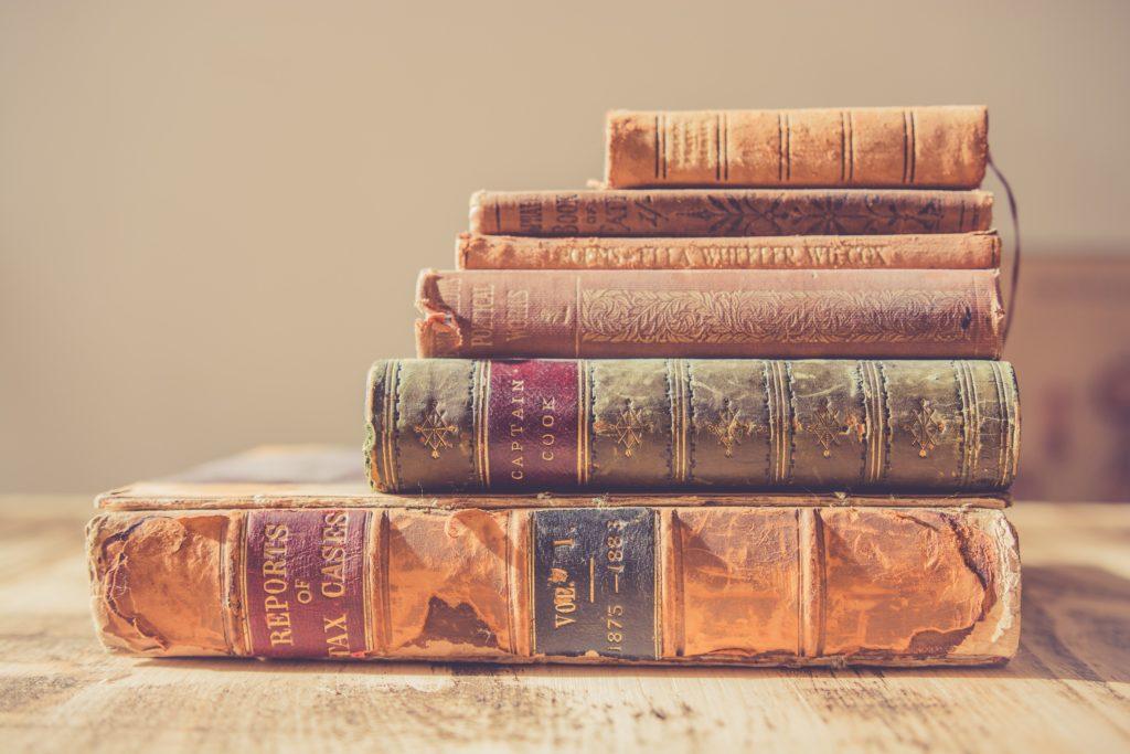 重ねられた数冊の本