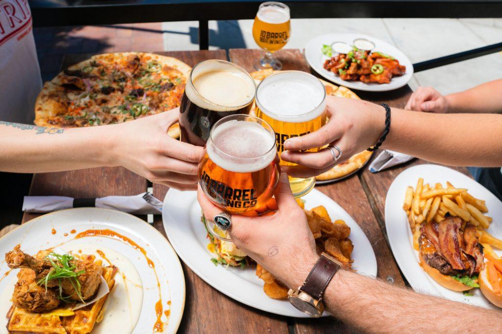 ピザとビールを楽しむ人々