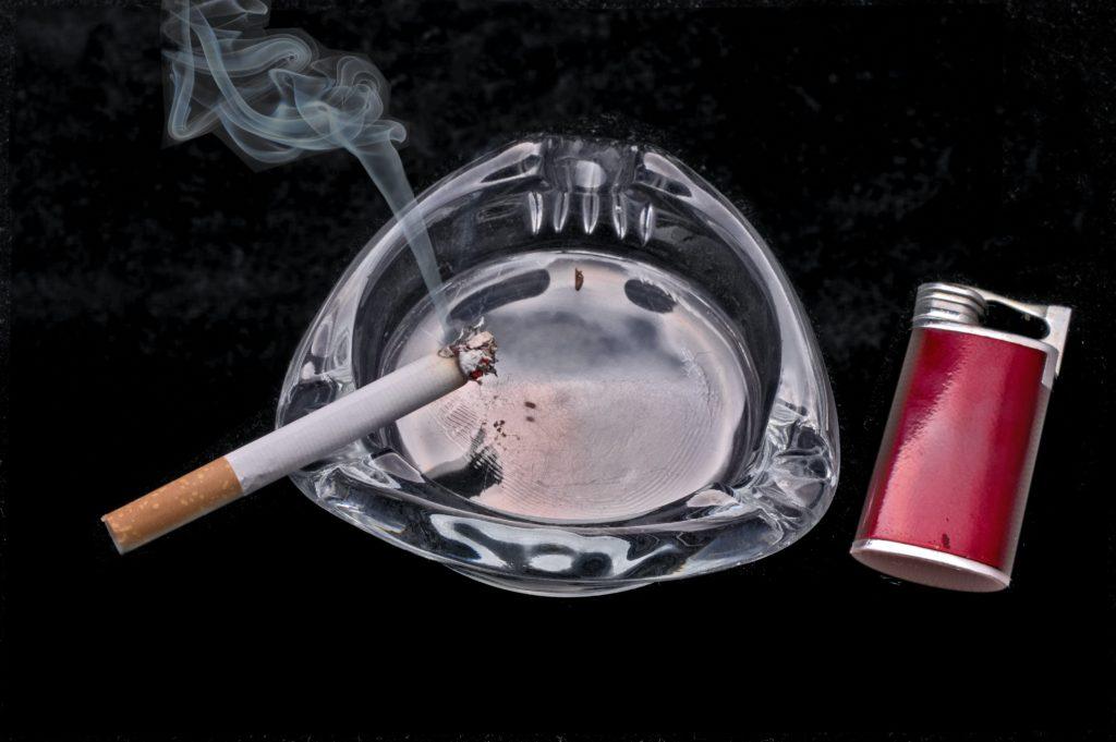 火のついたタバコとその煙
