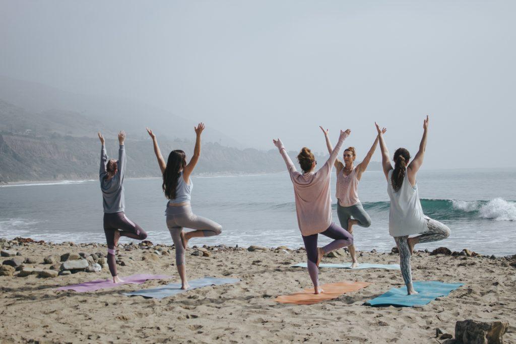 浜辺でヨガをして適度に運動をしているイメージ