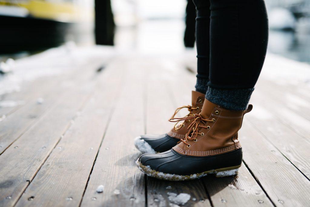 積雪でブーツを履く人