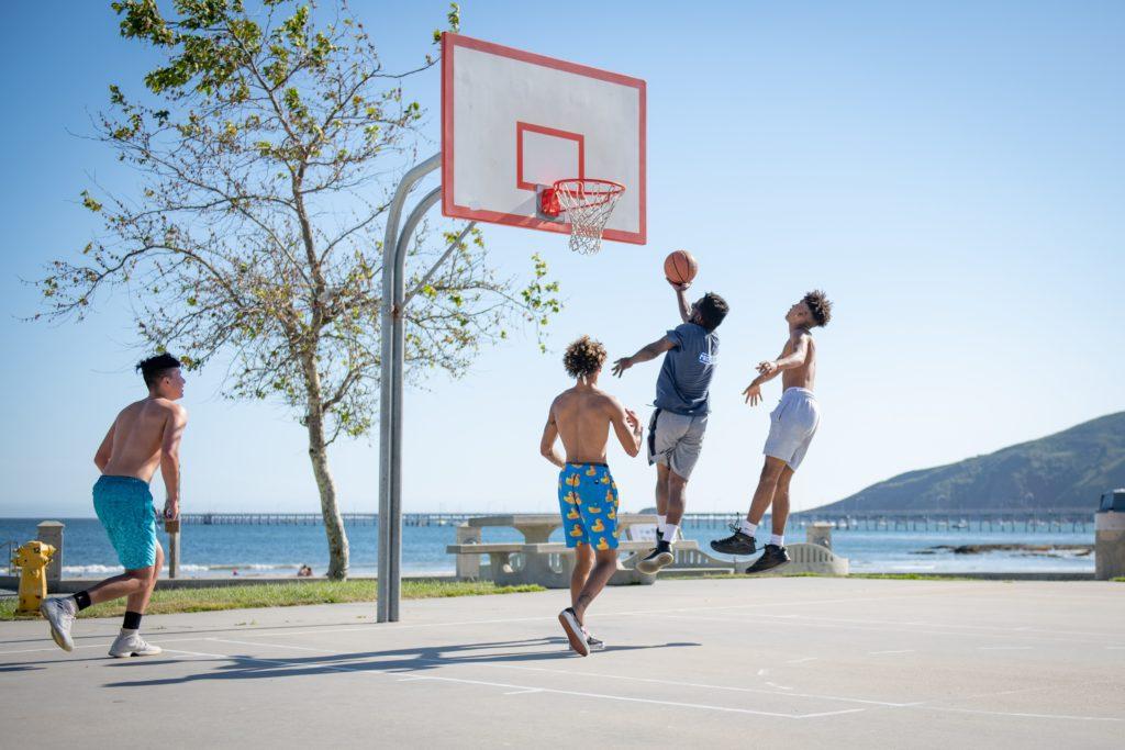 バスケットボールをする人々