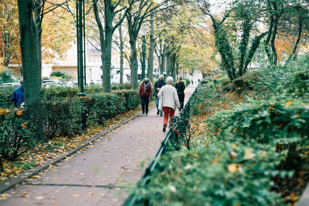 冬に沿道を歩いている人のイメージ
