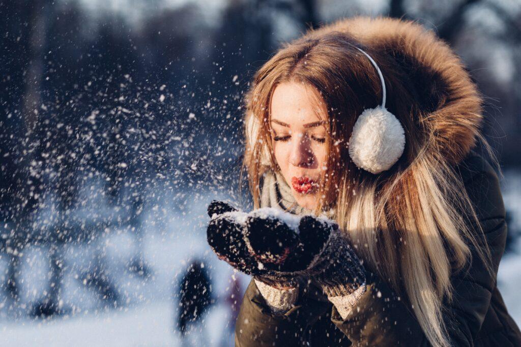 冬に厚着して外に出て元気なイメージ