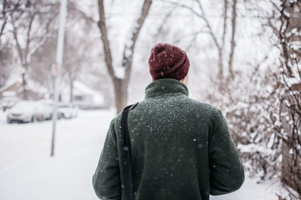 寒い外を厚着して歩くイメージ