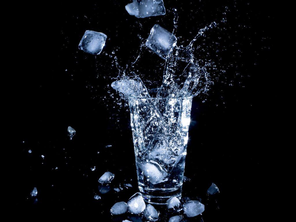 冷たい飲み物用の氷のイメージ