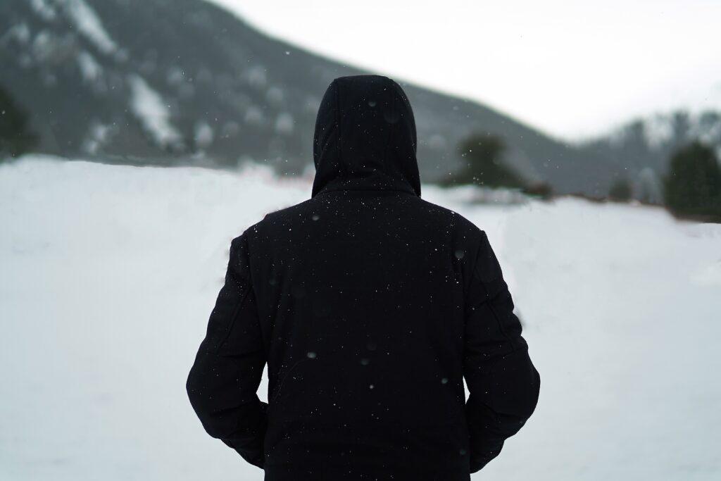 寒い中を厚着をして歩くイメージ