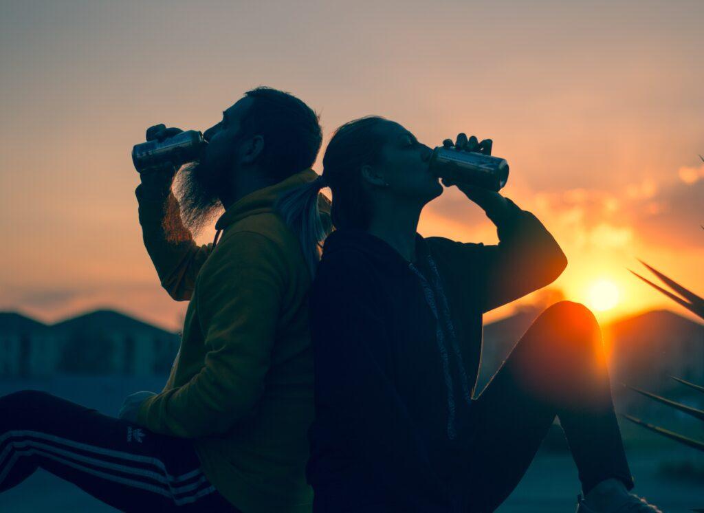寒いところで冷たいものを飲むイメージ