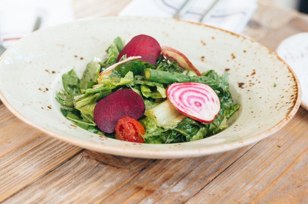 カリウムが多く含まれているサラダ料理のイメージ