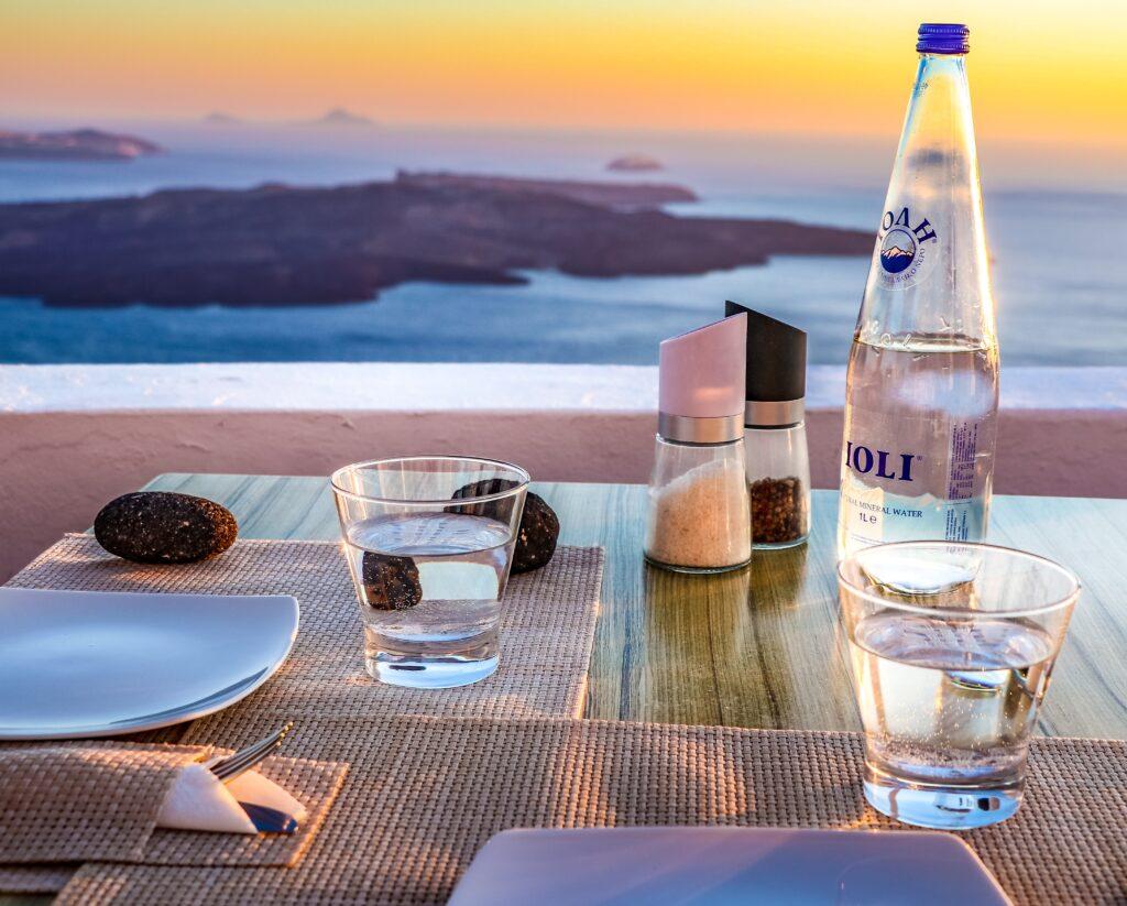食事などと一緒においしい水を摂っているイメージ