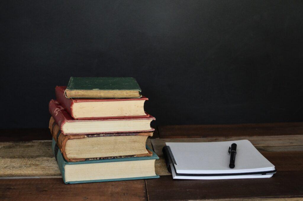 論文や本をたくさん調べてまとめているイメージ