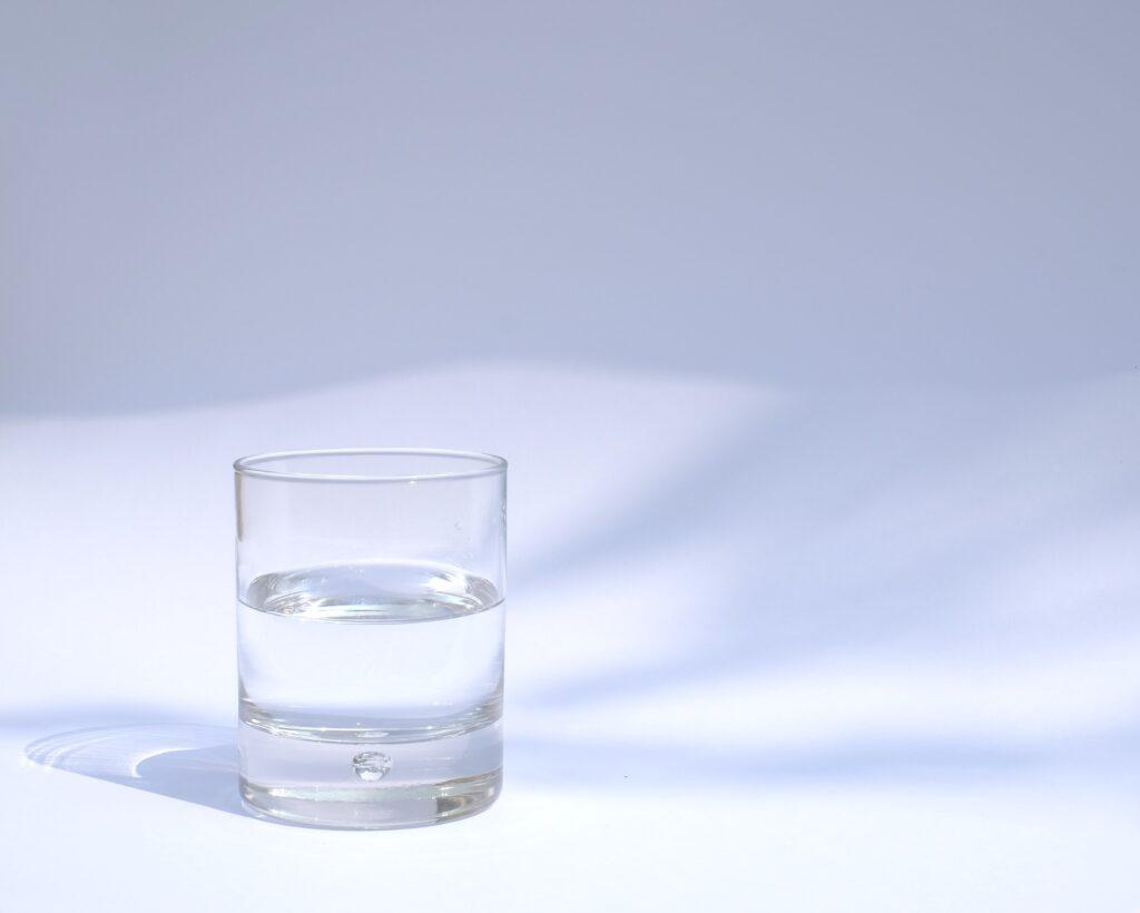 コップに入った飲料水のイメージ