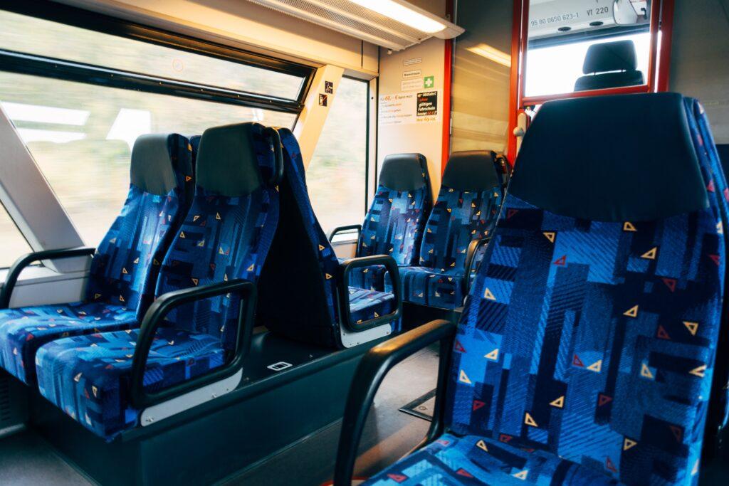 電車で席が向かい合っており、進行方向と逆向きにも座ることができるイメージ