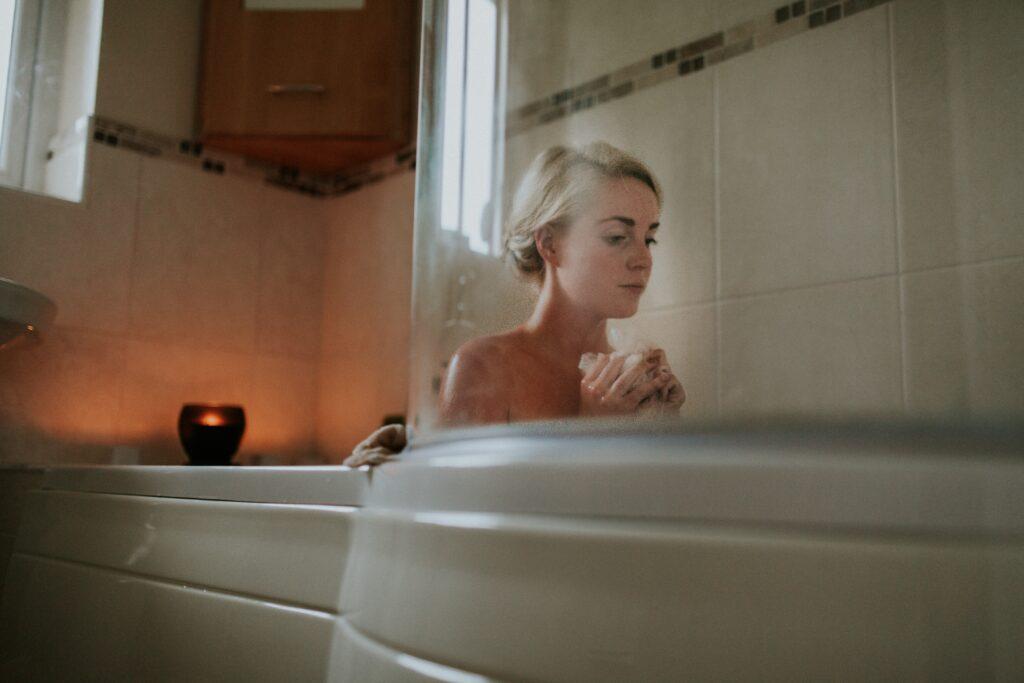 夜にお風呂に入りリラックスできているイメージ