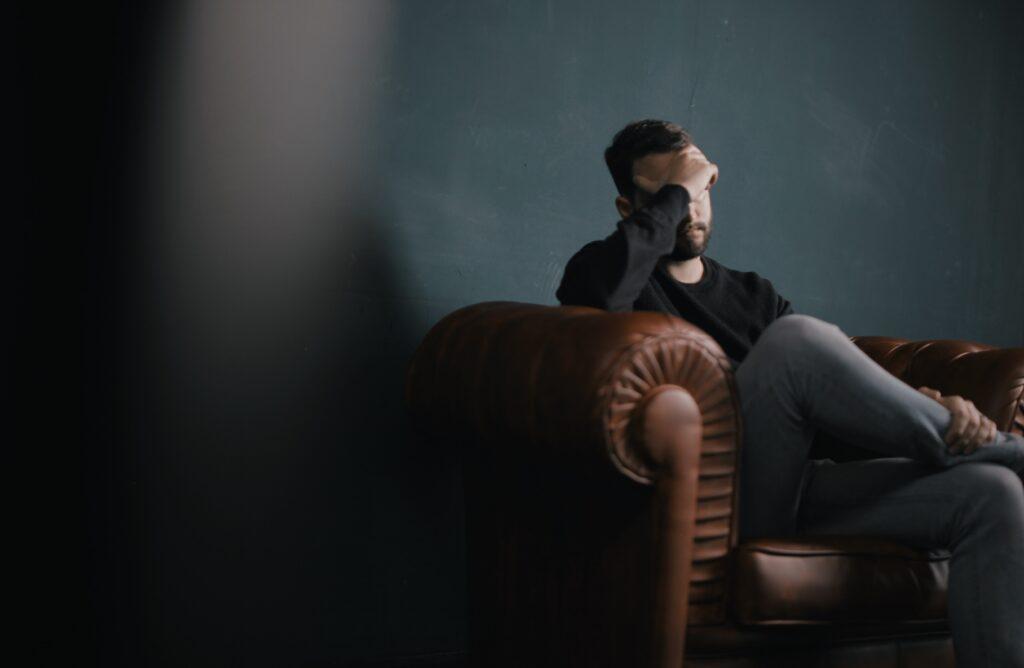 ストレスが多く自律神経が乱れ悩んでいるイメージ