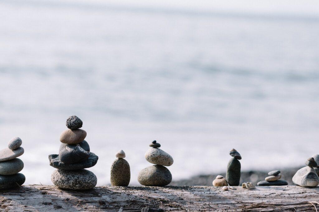 石が積まれておりバランスが取れているイメージ