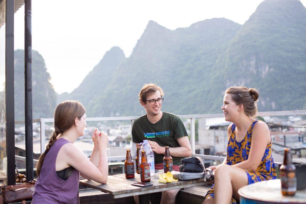 友人とカフェで話をしているイメージ