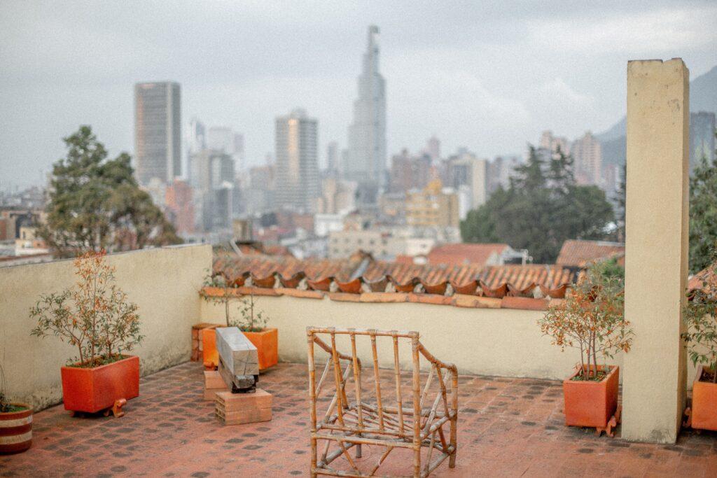 テレワークでのVDT作業の休憩中に遠くを眺めるために屋上に来たイメージ