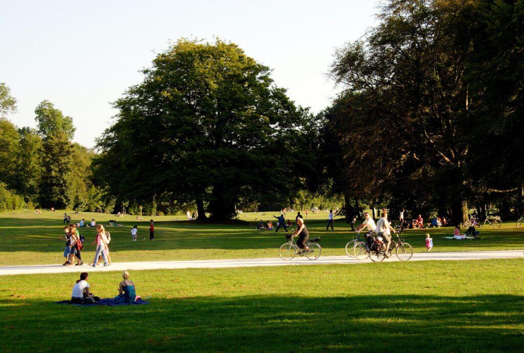 公園で散歩などをしてリフレッシュできているイメージ