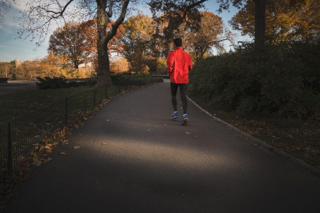 筋肉に刺激を与えると血行促進につながる効果のあるウォーキングやジョギングのイメージ<