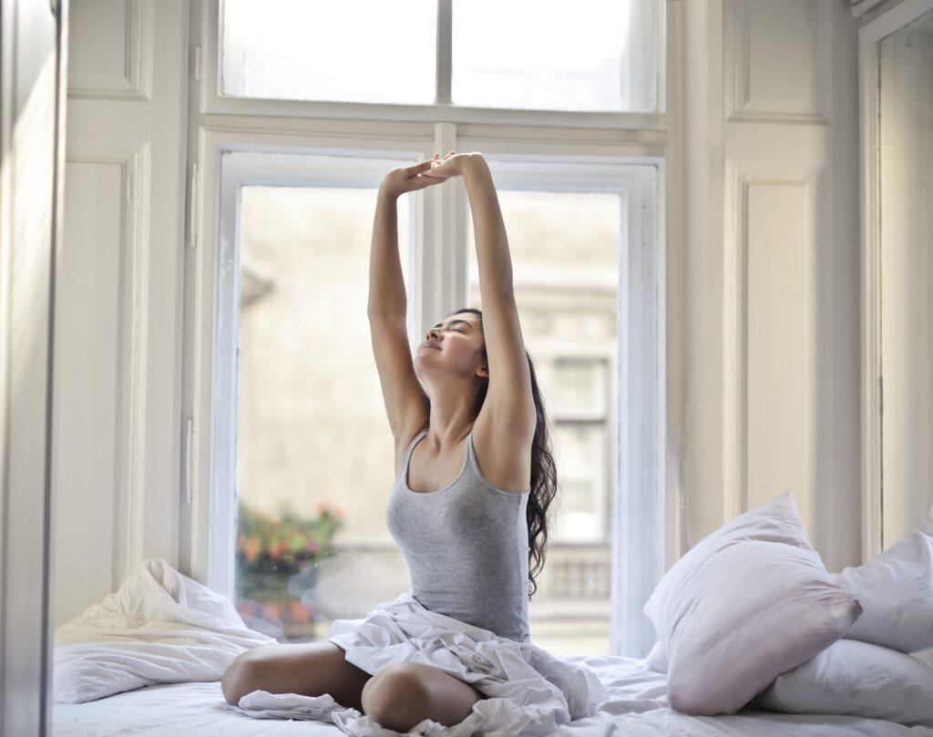 目覚めのストレッチで自律神経を整えリラックスしている女性のイメージ
