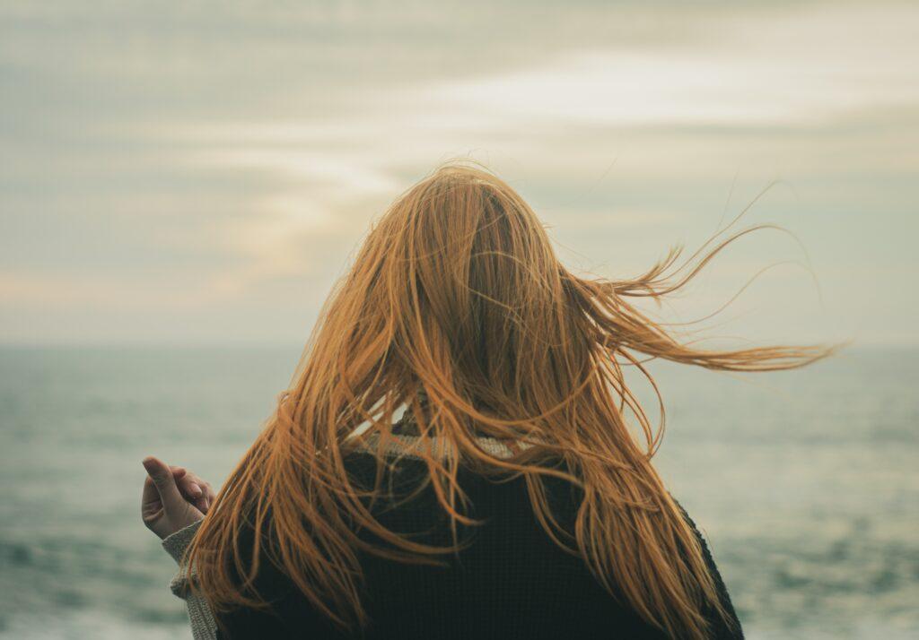 血行が悪いせいで毛細血管に栄養が行き届かず抜け毛や薄毛に悩む女性のイメージ