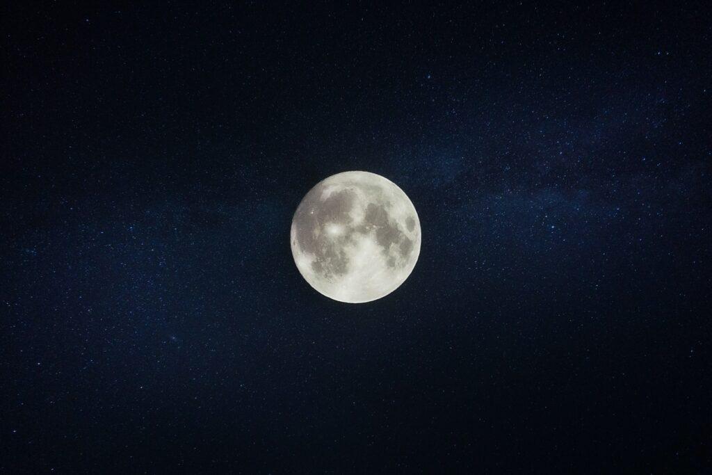 夜になっても眠たくなくて睡眠不足になってしまう月夜のイメージ