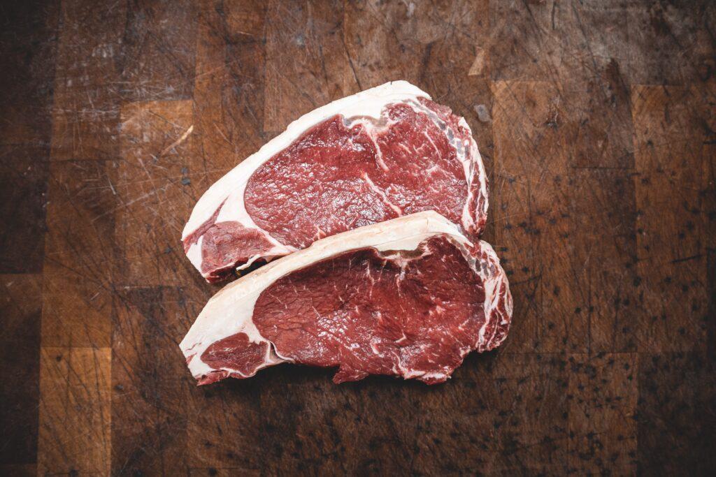 ダイエット中に不足するとふとってしまうタンパク質のイメージとして肉の画像