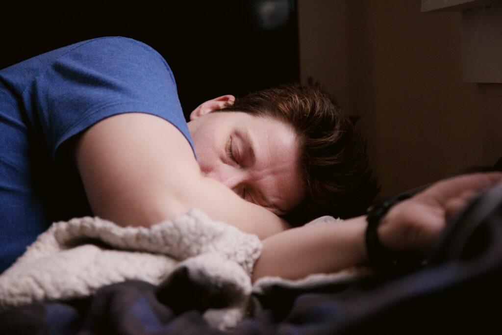 夜になっても眠たくならず、日中に居眠りしてしまう男性のイメージ
