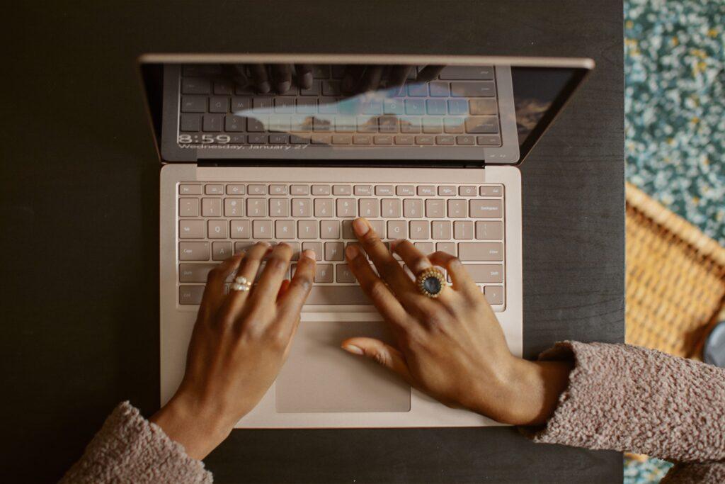 日本人の平均睡眠時間と肥満の関係についてインターネットで検索している女性のイメージ