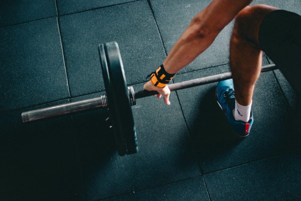 ダイエット中タンパク質が足りずに筋肉が減ってしまったので筋トレをする人のイメージ