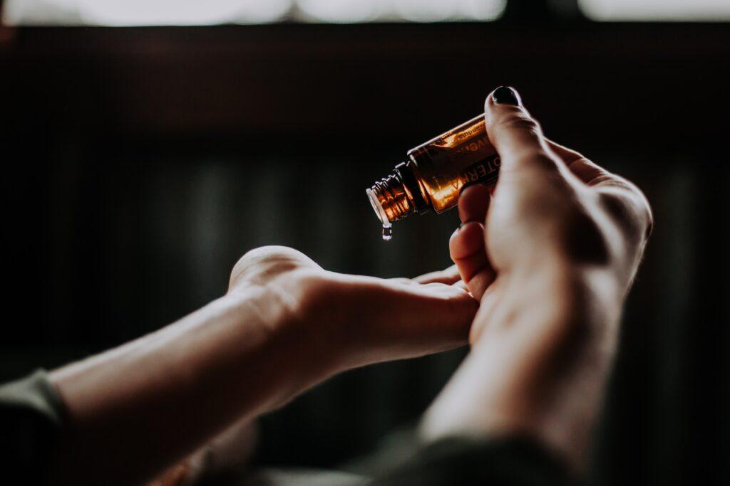 肌を綺麗に保つためにコラーゲン配合の化粧水を使っているイメージ