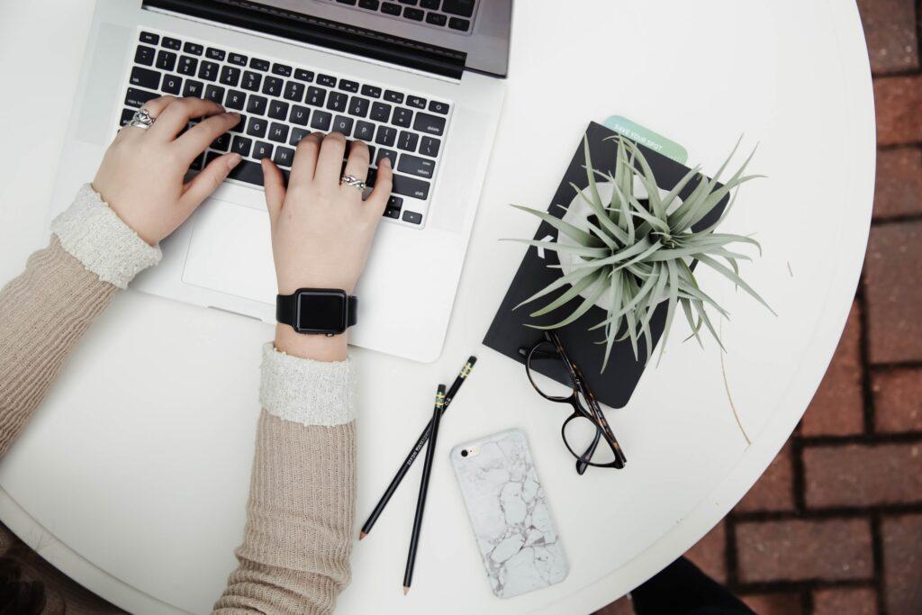 仕事のパフォーマンスを上げる為に何をすべきかい調べているイメージ