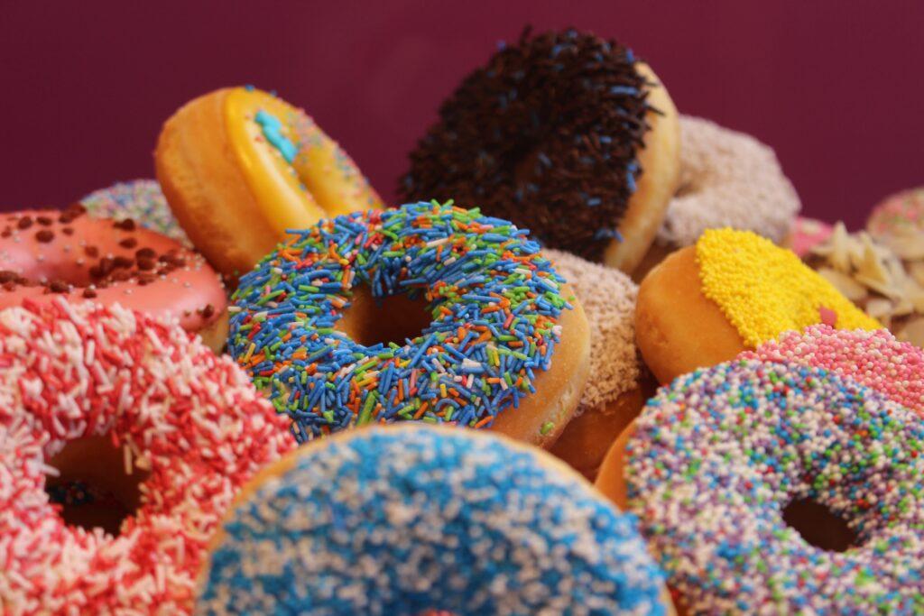 太る原因となる血糖値を急上昇させる糖質の高い甘いドーナツのイメージ