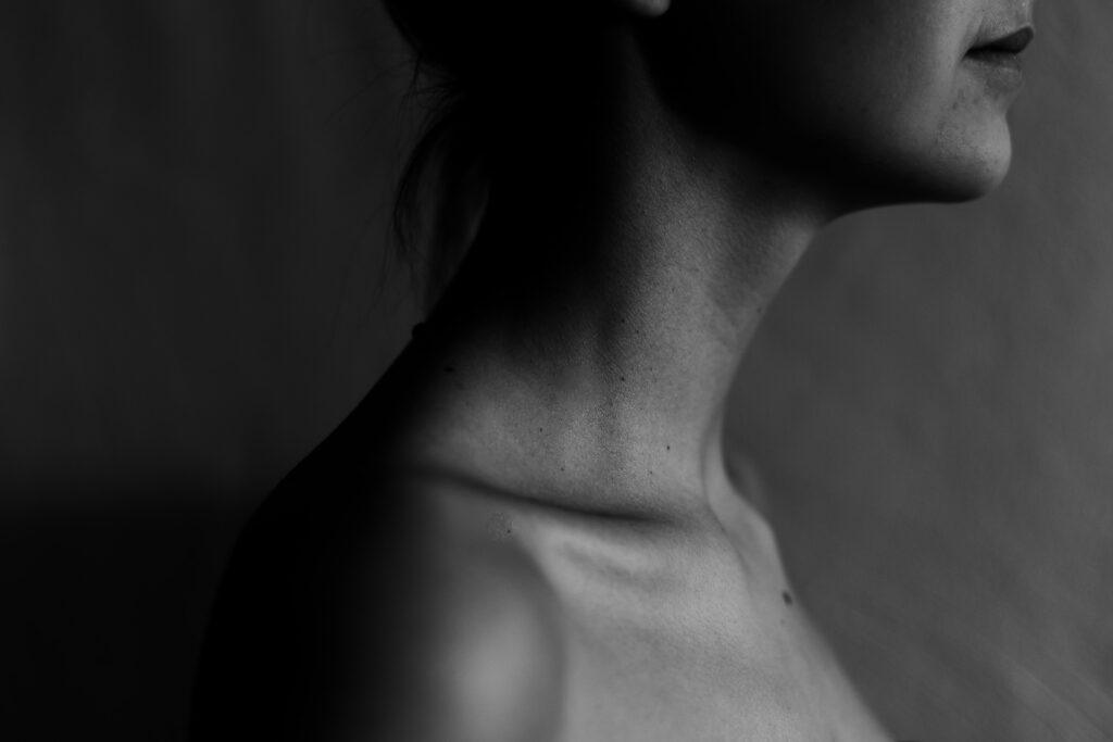 皮膚にとって必要なコラーゲンが足りていないせいで乾燥気味の女性のイメージ