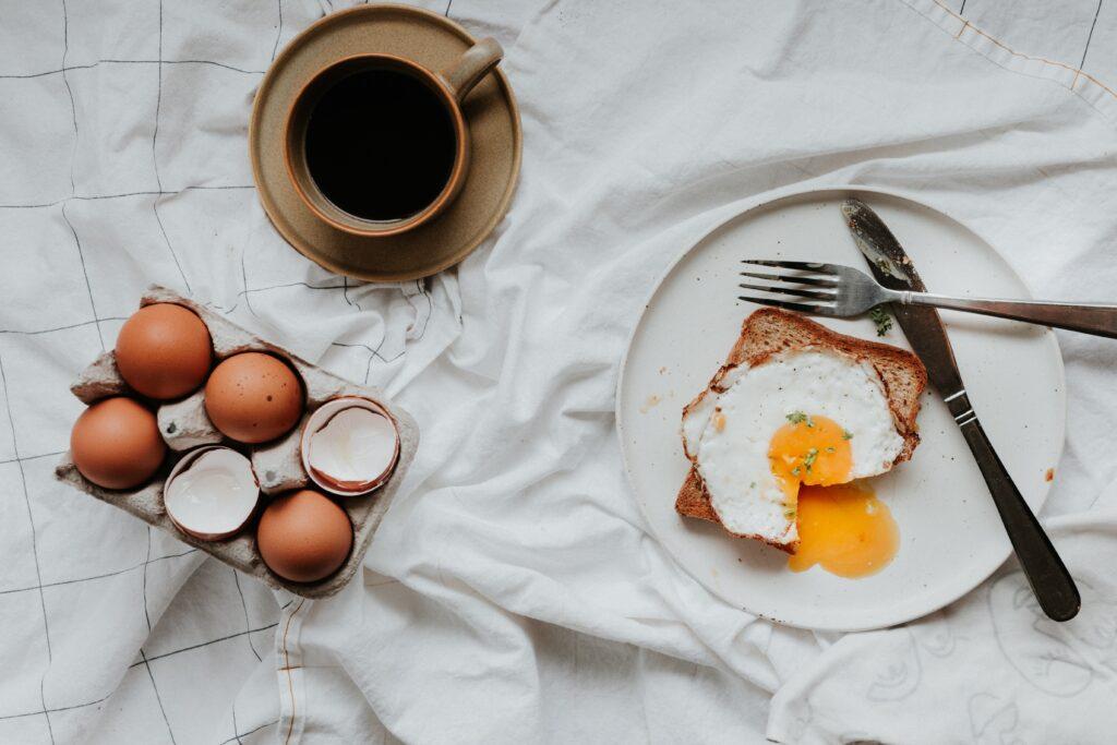 良質なタンパク質と呼ばれる必須アミノ酸を含んだ卵のイメージ