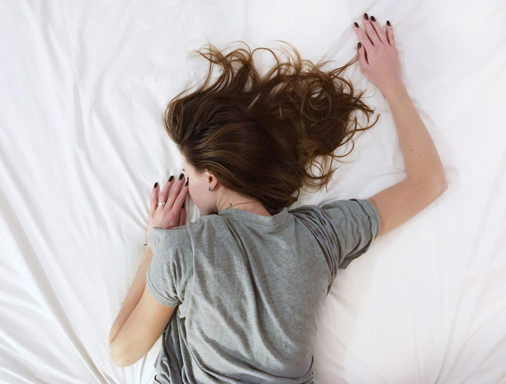 脳やカラダに疲れが溜まったままの状態で日中活動して疲れている女性のイメージ